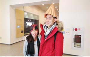 전통 모자 체험중인 가족
