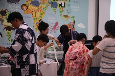 일본의상을 체험중인 가족들