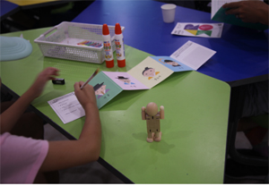입체그림을 만들고 있는 어린이