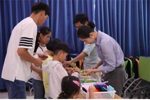 교실에서 교육중인 가족들