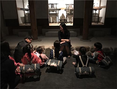 가방형 교구재를 매고 박물관내를 탐색중인 어린이