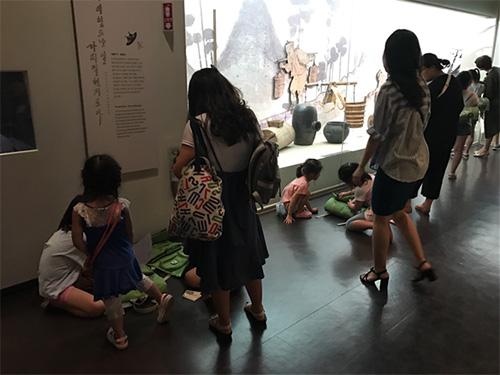 가방형 교구재로 교육중인 어린이들