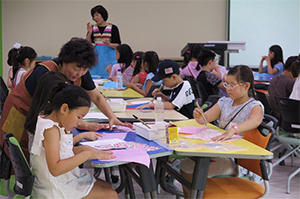 민화 부채 그리기 수업중인 어린이들