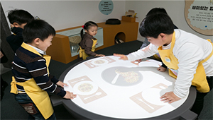 병아리 민속교실 - 맛있는 아시아 밥·빵·국수 수업중인 어린이들