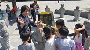 병아리 민속교실 – 열두 띠 동물이야기(개) 야외전시장에서 수업하는 모습