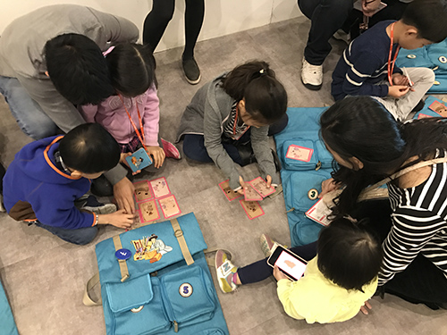 가방을 활용하여 교육중인 어린이